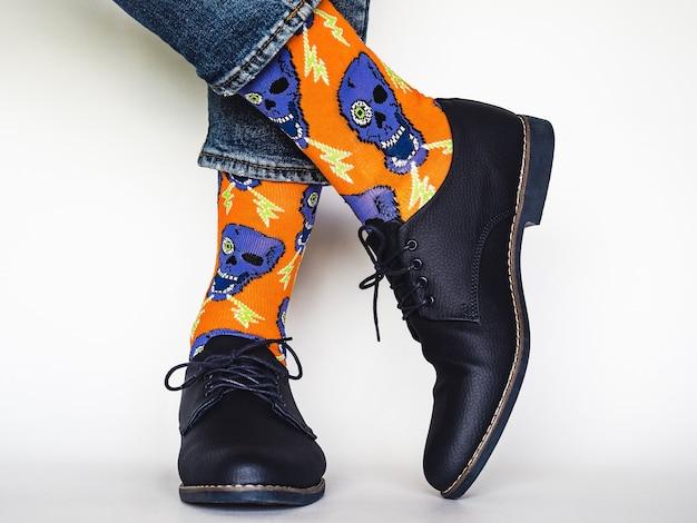 Мужские ножки, модная обувь и яркие носки
