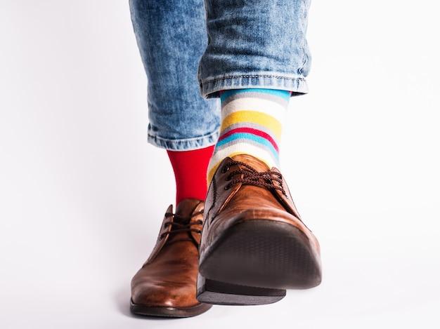 남성용 다리, 트렌디 한 신발 및 밝은 양말