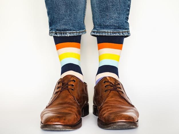 트렌디 한 신발과 밝은 양말이 달린 남성 다리