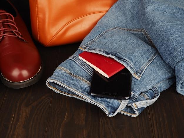 남성 레저 컨셉, 청바지, 가죽 신발, 여권 및 전화