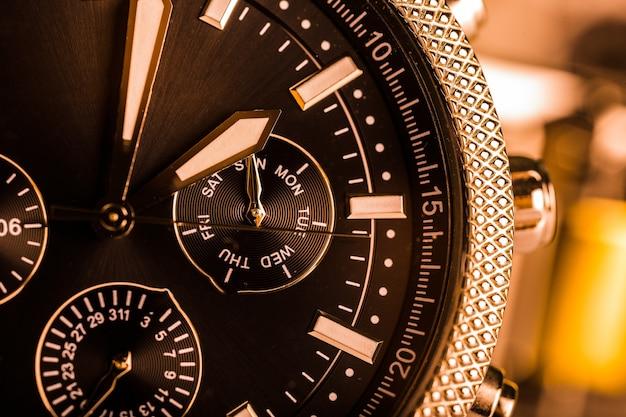 Мужские механические часы на фоне