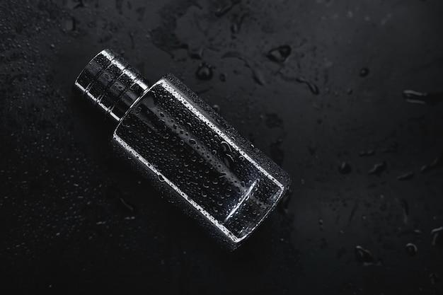 黒の背景にメンズ香水