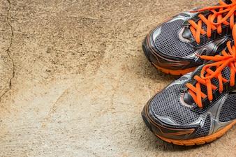 мужская кроссовка на улице