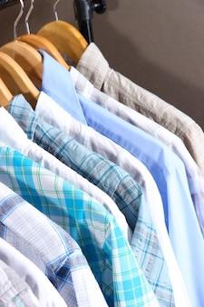 회색 옷걸이에 남성 셔츠