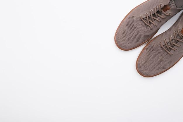 복사 공간이 있는 흰색 바탕에 남성용 신발. 평면도