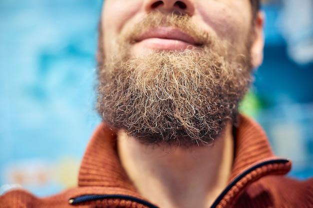 남자의 짧은 수염과 입술이 닫힙니다.
