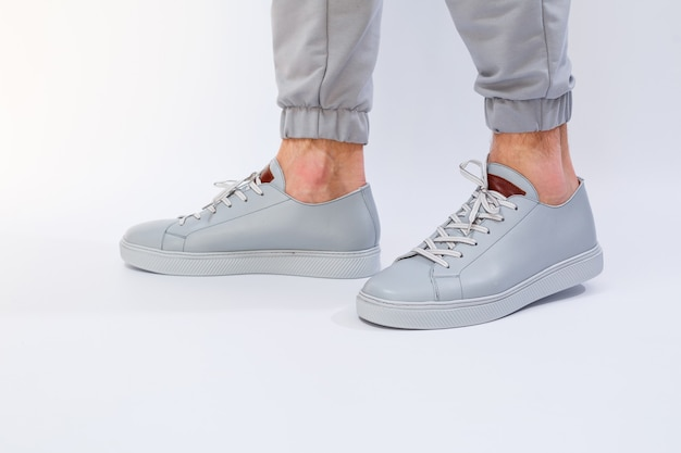 천연 가죽의 매우 회색 날에 남성용 운동화, 회색 가죽 신발의 남성용 다리 신발. 고품질 사진