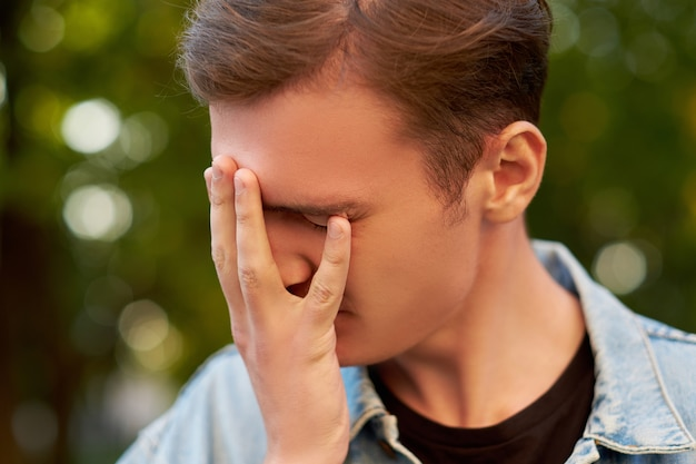 남자의 어리석은 실수. 죄책감 후회 두통 숙취 개념을 잊지