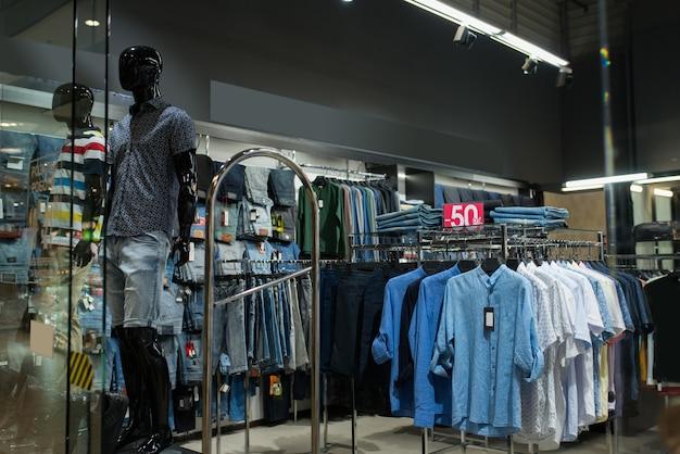 ショッピングモールのマネキンのメンズ夏服