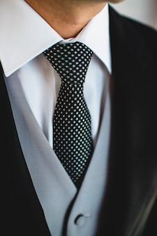 우아하게 입고 남자 넥타이.