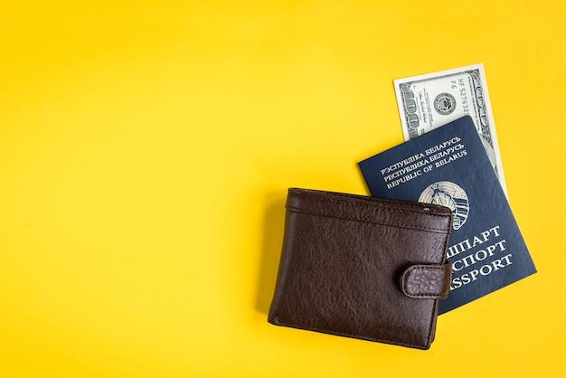 男性の財布、黄色のドルでベラルーシのパスポート。