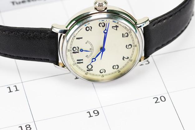 メンズ腕時計とカレンダー。日付と時刻の概念。