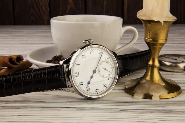 나무 테이블에 남자의 손목 시계