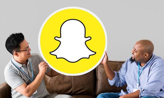 Мужчины, показывающие значок snapchat