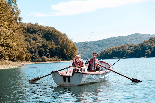 Мужчины проводят время на рыбалке