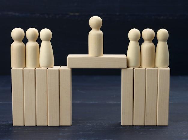 남자들은 서로 다른 측면에서 파괴 된 다리 위에 서서 그들 사이의 협상가입니다. 타협, 건설적인 대화, 비즈니스 상대, 사회 집단의 차이를 찾는 개념