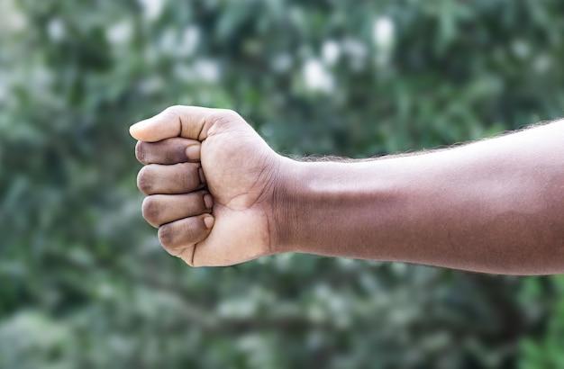 남자 강한 주먹 손을 가까이 향해 스트레칭