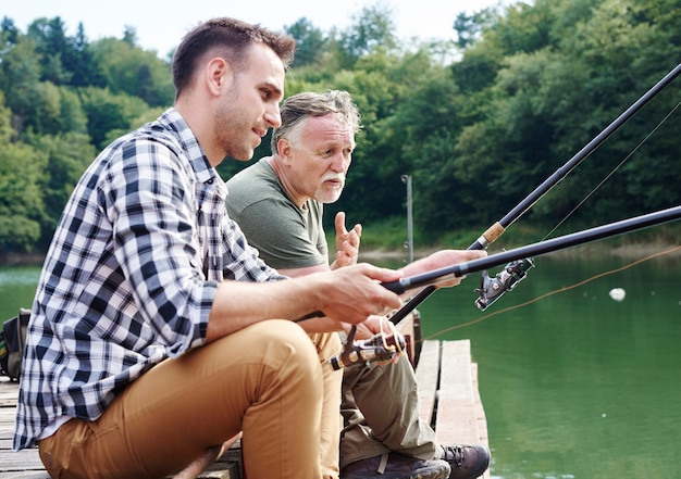 一緒に話したり釣りをしたりする男性