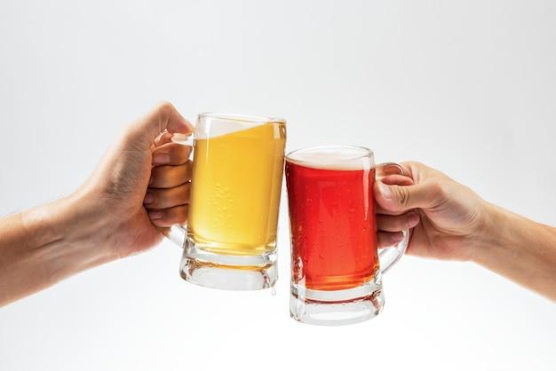 白い背景の上のビールで乾杯の男性