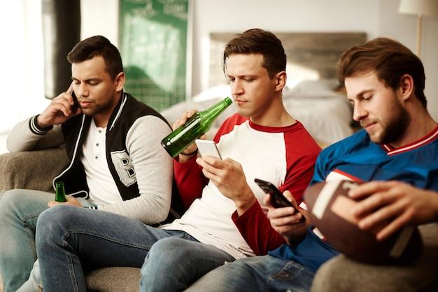 コマーシャル中に携帯電話を使用している男性