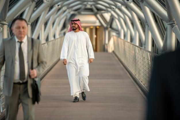 현대 건물 내부 터널을 걷는 남자