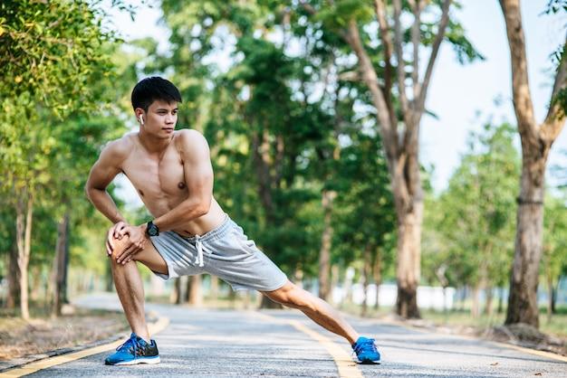 Мужчины разминаются до и после тренировки
