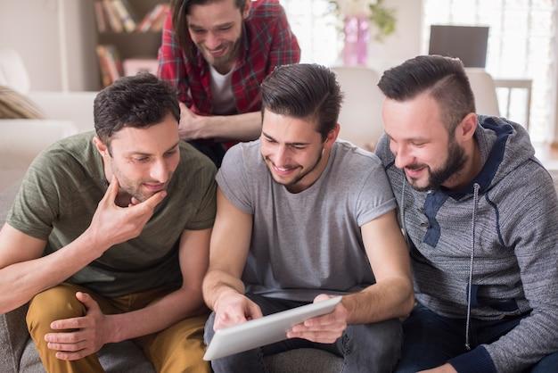 Uomini che guardano video su un tablet