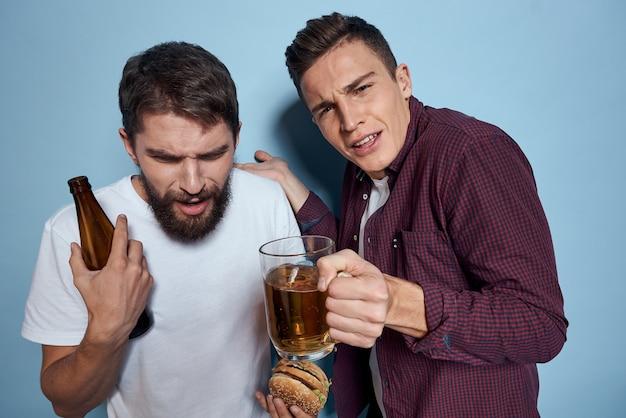 Мужчины с кружкой пива в руках изолированные