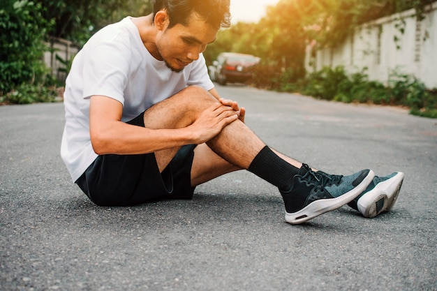Men with knee pain while jogging