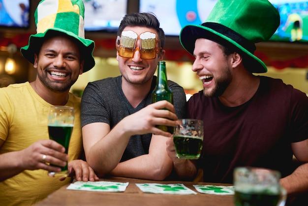 성 패트릭의 날을 축하하는 레프러콘 모자와 맥주를 든 남자들