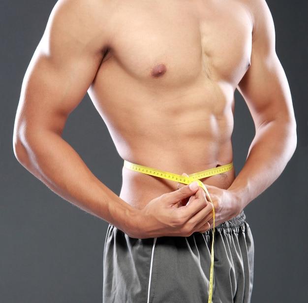 完璧な腹筋の男性