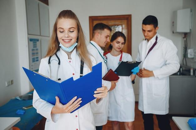 Uomini e donne in camici da ospedale studiano