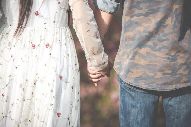 Uomini e donne si stringono la mano