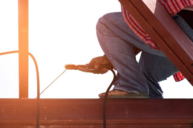 Мужчины работают с металлической крышей