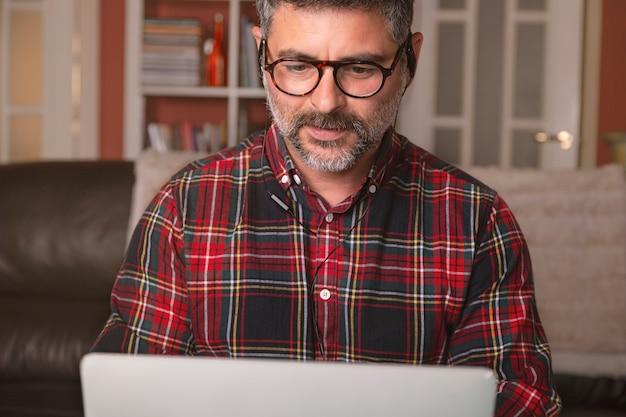 집에서 일하는 남성, 직장 회의에서 화상 통화. 집에서 일하십시오. 원격 작업.
