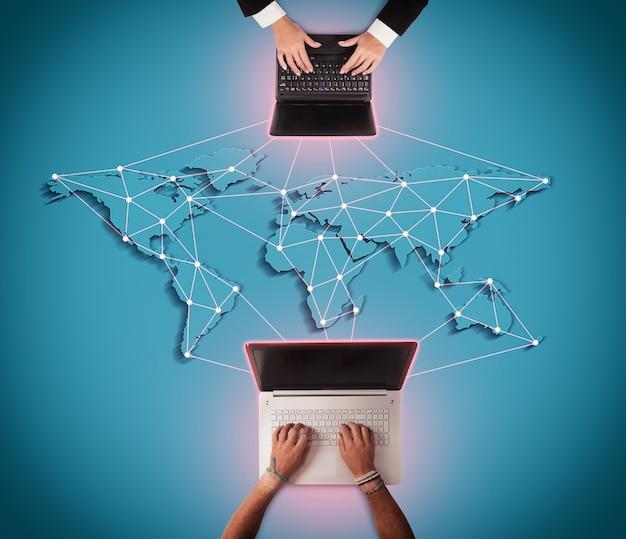 Мужчины пишет на компьютере с картой мира