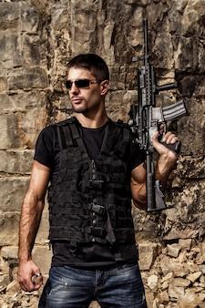 기관총을 가진 위협적인 남자