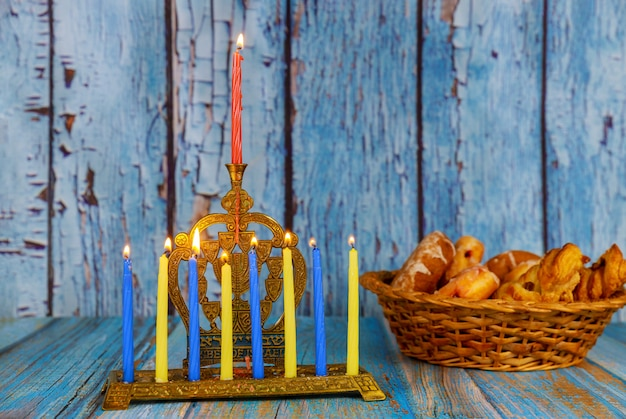 本枝の燭台は伝統的なユダヤ人の祝日ハヌカ