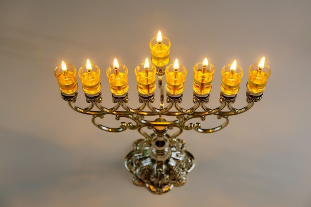 ユダヤ教の祝日でハヌカのために燃え尽きたろうそくと本枝の燭台