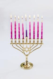 ユダヤ教の祝日でハヌカのために燃え尽きたろうそくを持った本枝の燭台