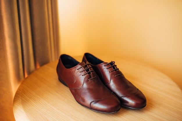 床に男性用の黒い靴