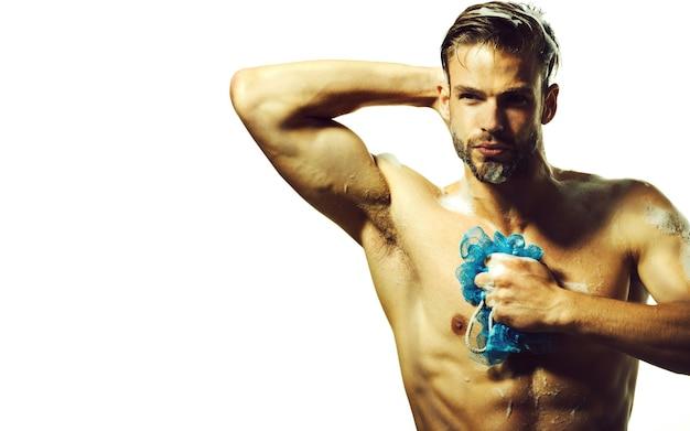 ボディケア用メンズ化粧品。浴室でシャワーを浴びている男。ゆったりとした時間。