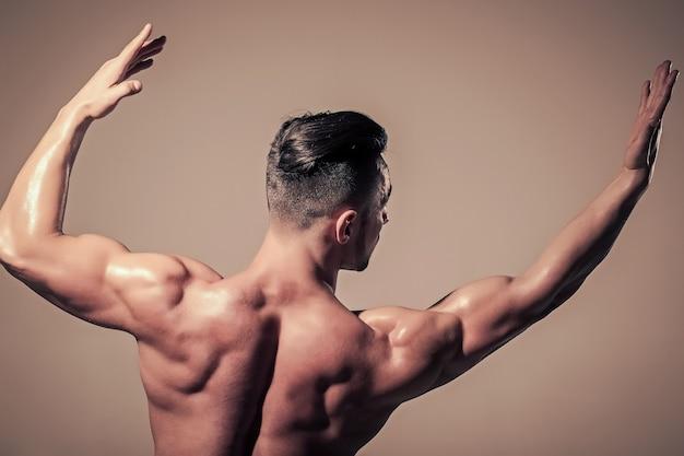 남성은 근육질의 젖은 몸과 등 스포츠와 운동을 가진 베이지 색 남자의 바디 케어 다이어트 및 피트니스 건강한 라이프 스타일 운동 보디 빌딩 남자를 치유합니다.