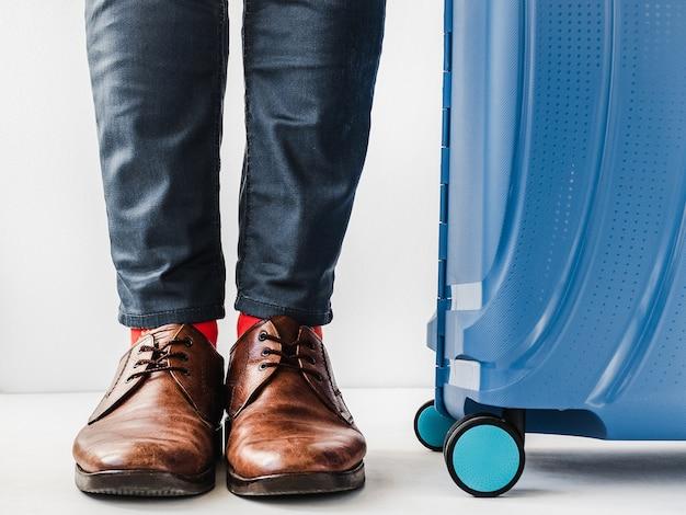 남성 다리 유행 신발과 밝은 양말