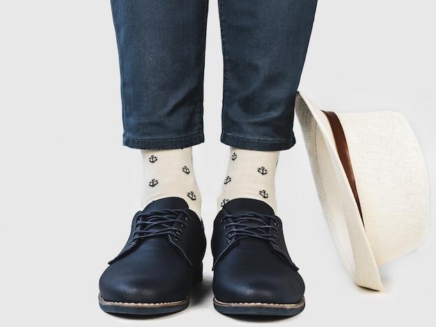 メンズレッグ、トレンディな靴、明るい靴下。