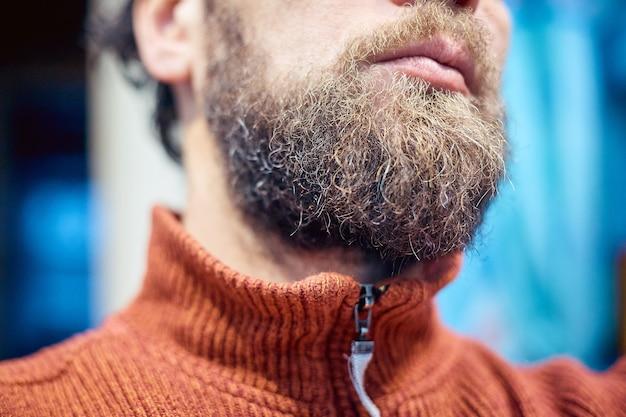 Mens 짧은 수염과 입술을 닫습니다.