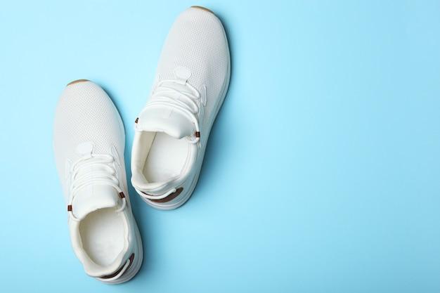 Мужские кроссовки на цветном фоне мужская обувь минимализм