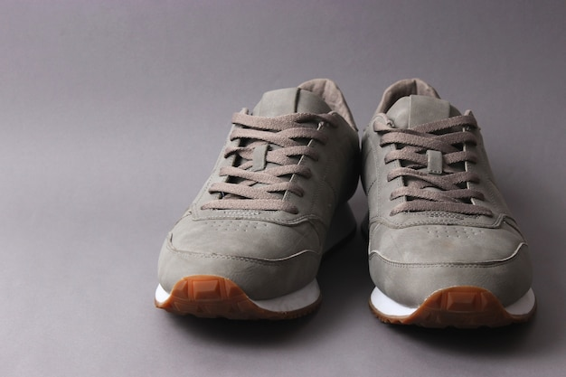 컬러 배경 남성 신발 미니멀리즘에 남성 운동화