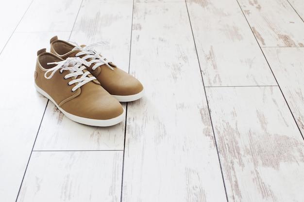 오래 된 나무 바닥에 남자 여름 신발