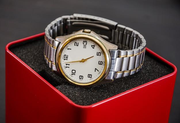 Мужские наручные часы в коробке